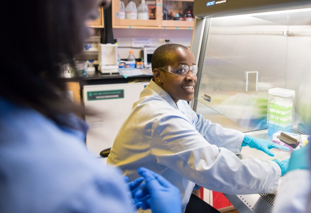 Naomi Mburu '18 works in the lab with faculty mentor.